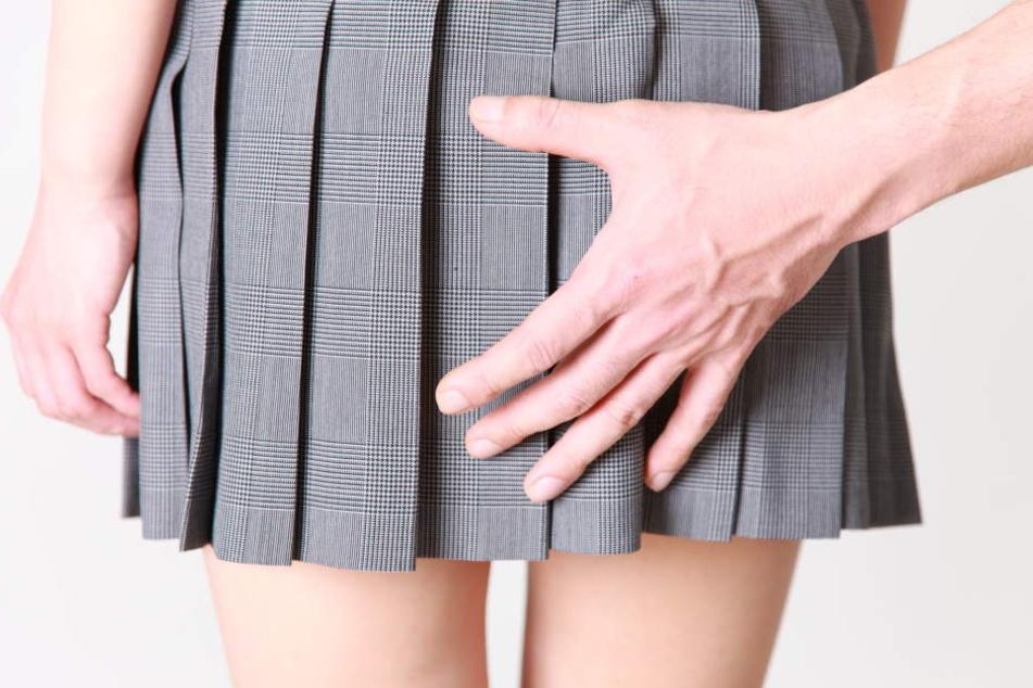 Der Mann soll eine Bekannte sexuell belästigt haben (Symbolbild).