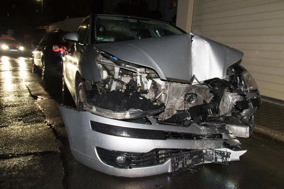 Das Auto ist frontal gegen eine Garagenwand gekracht, der Fahrer verstarb kurze Zeit später.