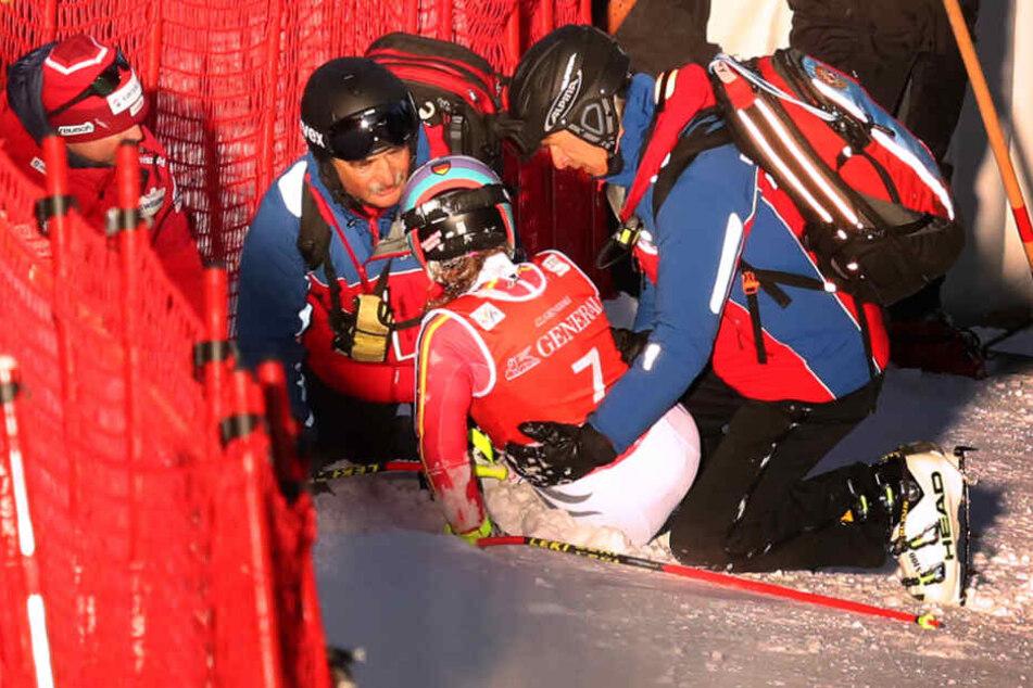 Viktoria Rebensburg nach ihrem Sturz beim Super-G in Garmisch Partenkirchen.