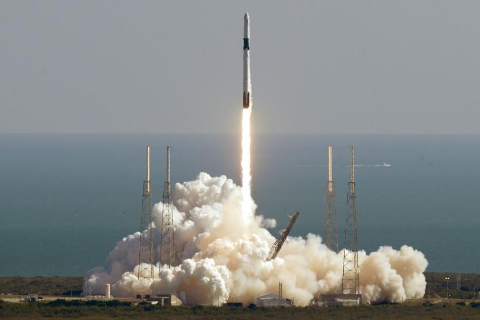"""Eine Falcon 9 Rakete mit dem privaten unbemannten Raumfrachter """"Dragon"""" des US-Raumfahrunternehmens SpaceX beim Start zur ISS."""