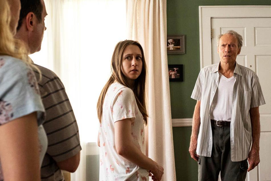 Nur Earl Stones Enkelin Ginny (Zweite von rechts, Taissa Farmiga) verteidigt ihren Opa noch.