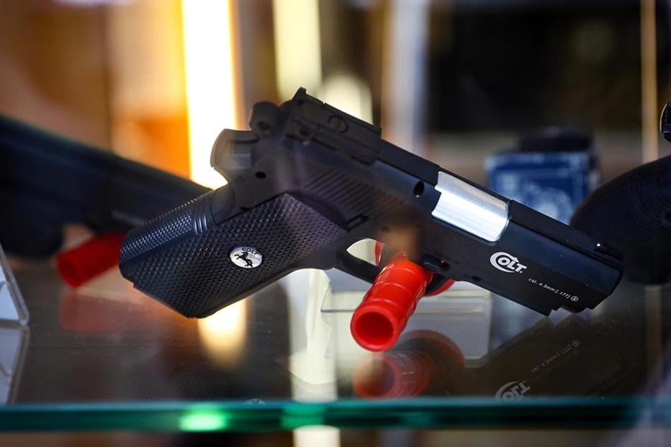 """Teil der Beute: Derlei """"Anscheinswaffen"""" sind für den Laien nicht von einer scharfen Waffe zu unterscheiden."""