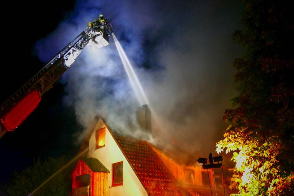 Das Haus stand nach dem ersten Löschen nochmals in Flammen.