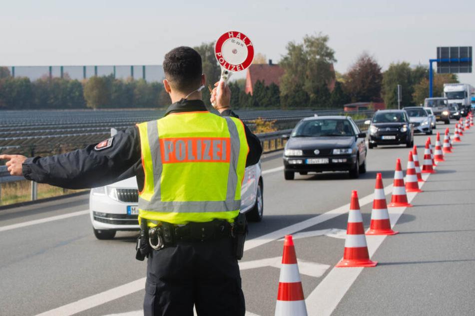 Die Polizei kontrollierte insgesamt 886 Menschen in 633 Fahrzeugen. (Symbolbild)