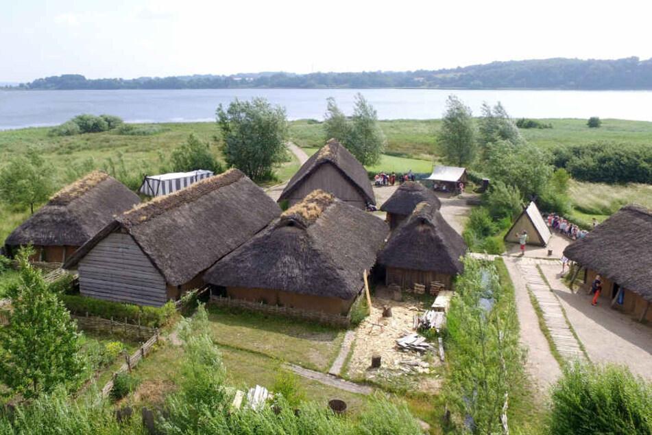 Im Museums-Dorf Haithabu sind Winkingerhäuser originalgetreu nachgebaut. Die Siedlung war im Mittelalter wichtig für den Handel.