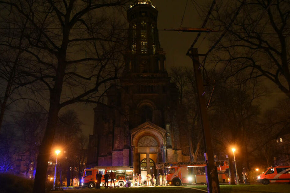 Feuerwehrleute vor der Zionskirche.