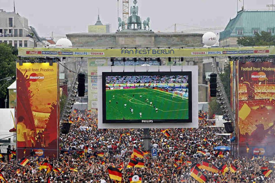 Hoffentlich gibt's auch 2018 viel zu feiern auf der Fan-Meile am Brandenburger Tor.
