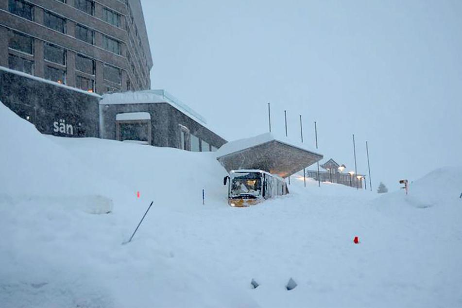 Auf der Schwägalp wurde bei einem Lawinenabgang das Hotel Säntis verschüttet.