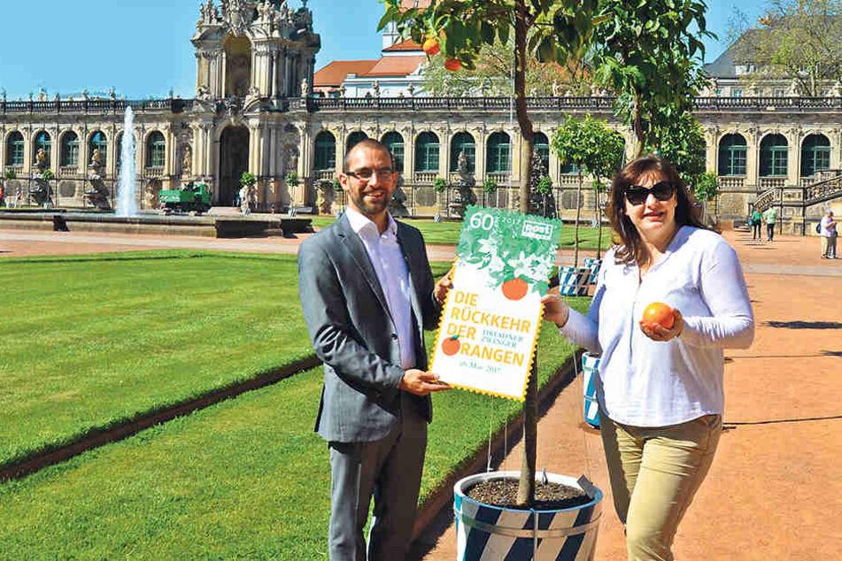 PostModern-Marketingchef Alexander Hesse (32) und Ulrike Peter (50) vom Schlösserland-Freundeskreis präsentieren die neue Duft-Briefmarke.