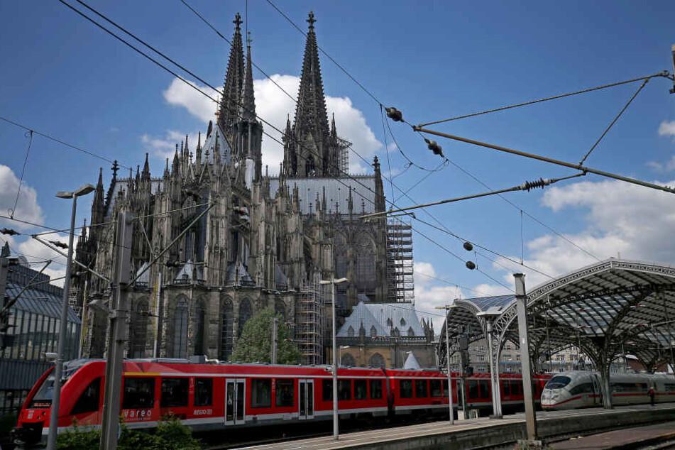 Der Kölner Hauptbahnhof und der Kölner Dom.