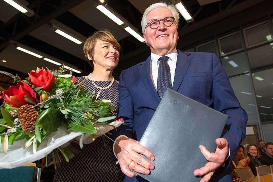 Steinmeier neben seiner Frau Elke Büdenbender (links), nachdem er die Ehrendoktorwürde an der Uni Paderborn verliehen bekommen hat.