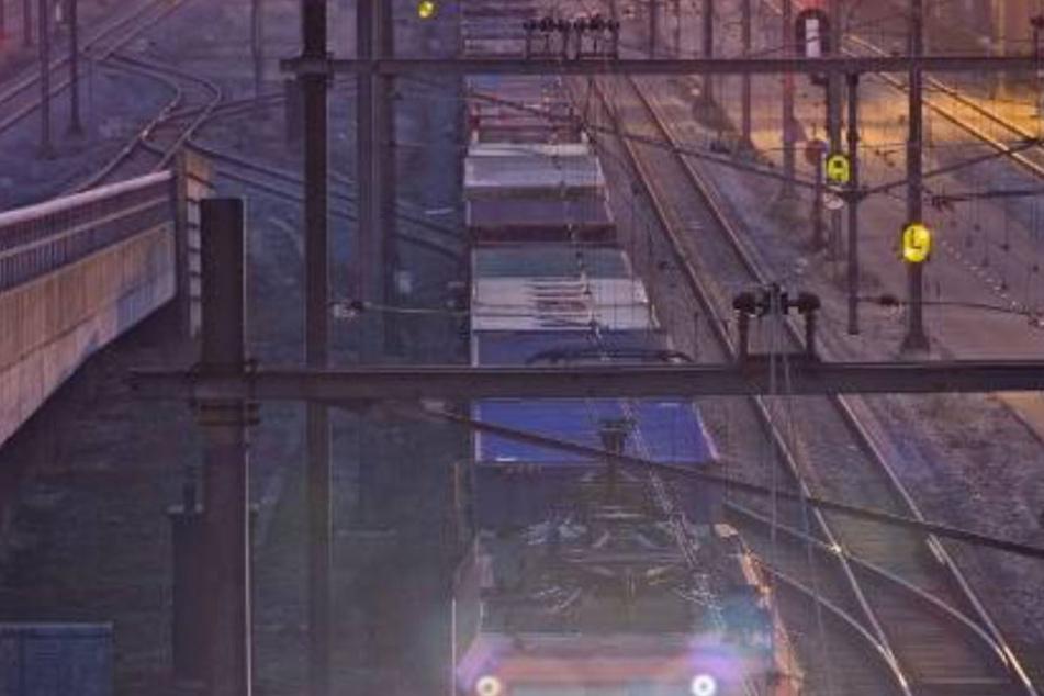 Die Beamten gehen davon aus, dass der junge Mann einen Stromschlag erlitt und zwischen zwei Waggons ins Gleisbett fiel.