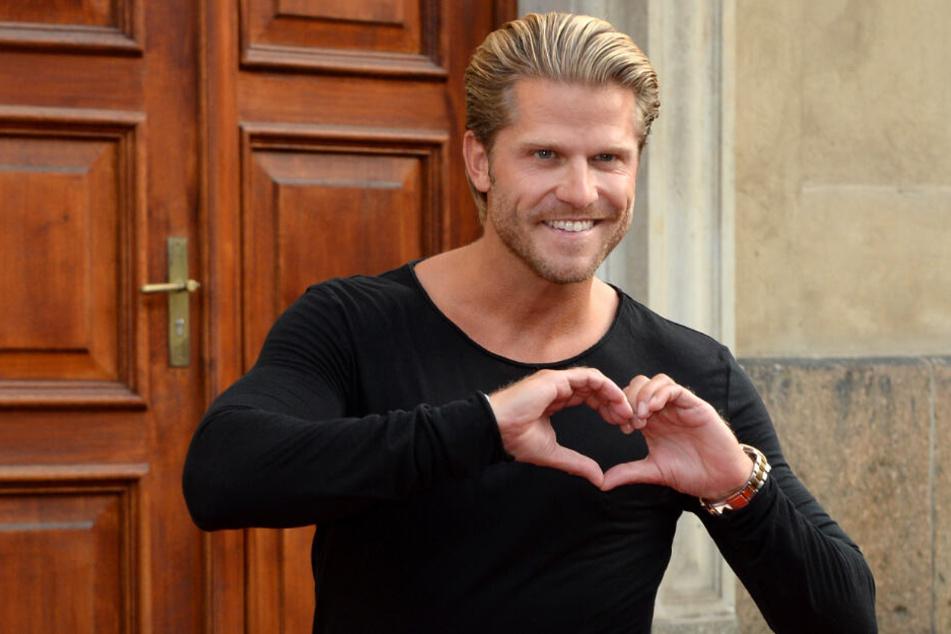 Paul Janke formt ein Herz, doch die große Liebe hat er noch nicht gefunden.