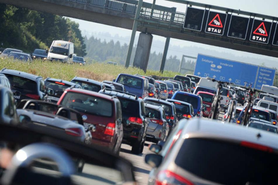 Der dichte Reiseverkehr macht Bayerns Autobahnen dicht. (Symbolbild)