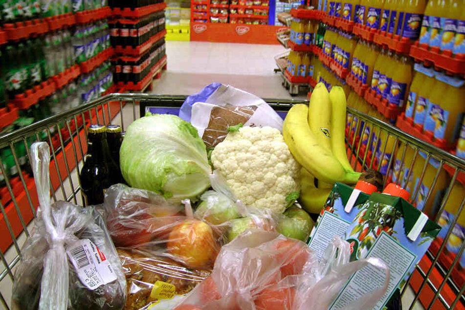 In einem Discounter packten ein Diebespaar einen Warenwert von etwa 25 Euro in eine Einkaufstasche.