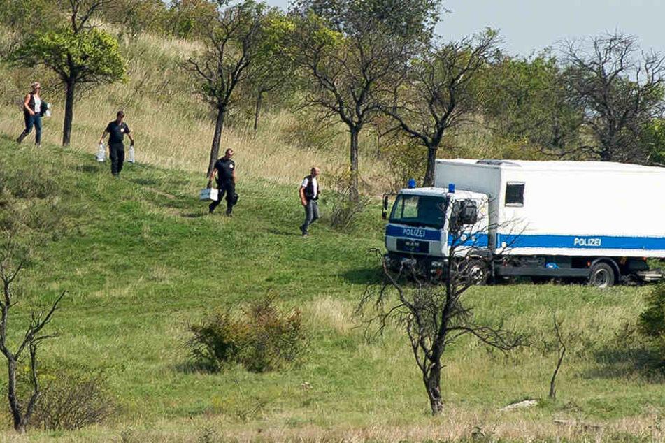 Beamte der USBV-Gruppe, sowie der Kripo stellten die gefundenen Gegenstände sicher.