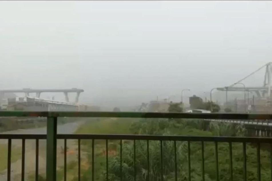 Dieses Videostandbild zeigt die Autobahnbrücke Ponte Morandi, von der ein Teilstück mehr als 40 Meter in die Tiefe gestürzt war.