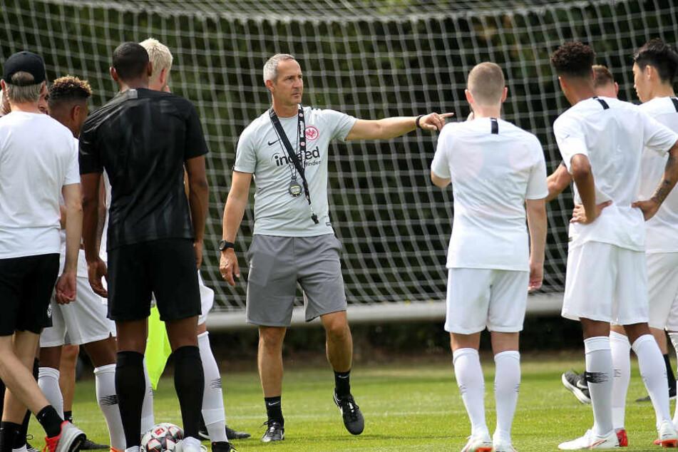 Ab sofort leitet Adi Hütter (Mi.) die Geschicke der Frankfurter Kicker.