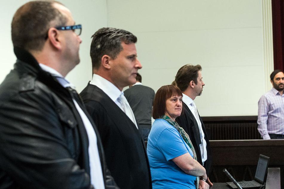 Der Angeklagte Wilfried W. (links) und sein Anwalt Detlef Binder (Mitte) sowie die Angeklagte Angelika W. stehen im Landgericht Paderborn in der Anklagebank.