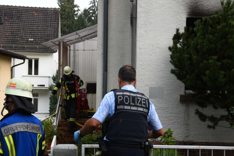 Polizei und Feuerwehr gehen vor Ort ihrer Arbeit nach.