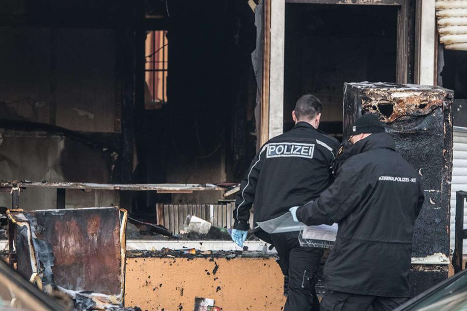 Kriminaltechniker der Polizei gehen in ein von einem Feuer zerstörtes Gebäude an der Kühleweinstraße, in der ein Moscheeverein untergebracht ist