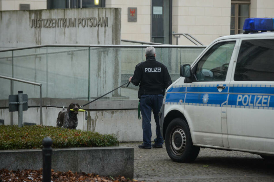 Mit einem Sprengstoffspürhund suchten Beamte das Areal nach einer verdächtigen Bombe ab.