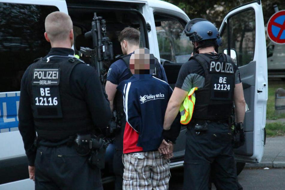 Großeinsatz der schwerbewaffneten Polizei: Mann ballert aus Hochhaus