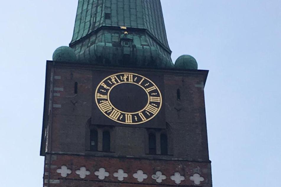 Die Turmuhr in Lübeck bleibt vorerst ohne Zeiger.