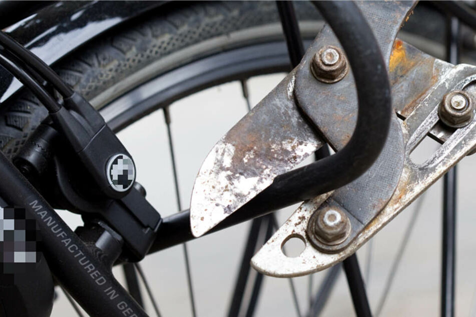 Mit einem Bolzenschneider knackten die Beamten kurzerhand das Fahrradschloss (Symbolbild).