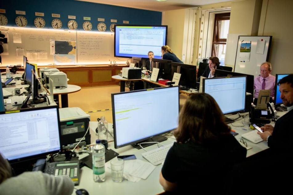 Mitarbeiter des Auswärtigen Amtes koordinieren das weitere Vorgehen während eines Krisenstabs. (Archivbild)