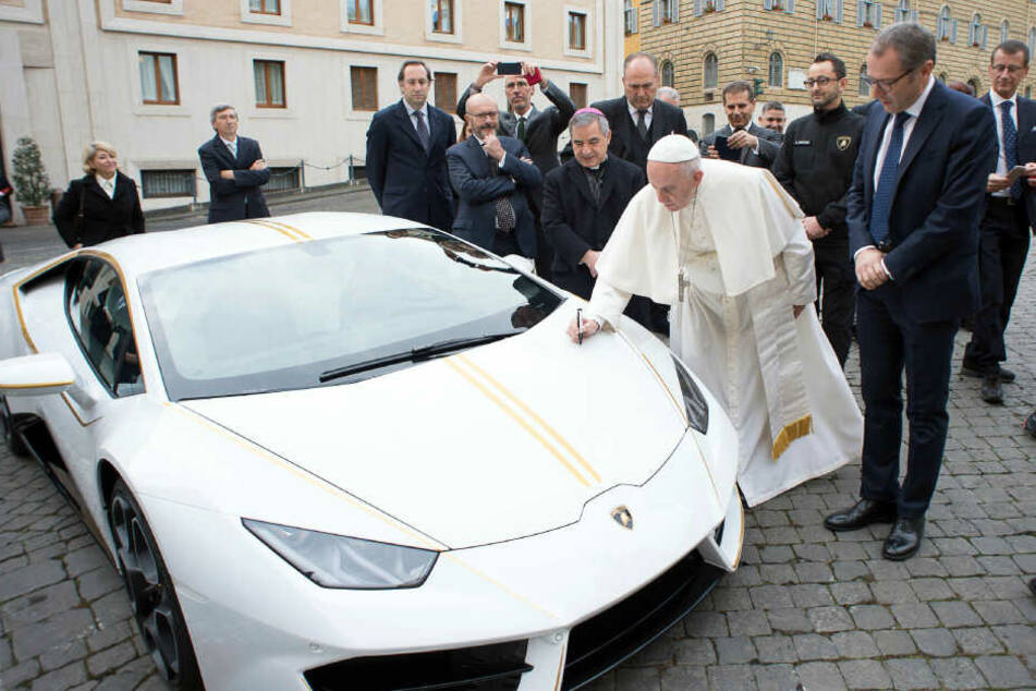 Unglaublicher Betrag! Papst-Lamborghini versteigert