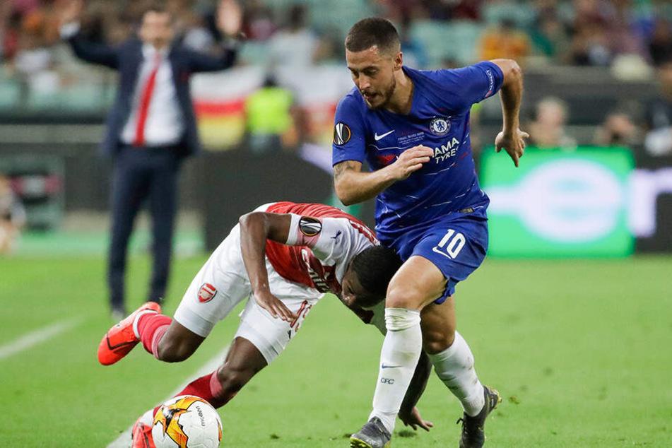 Arsenals Ainsley Maitland-Niles hat große Probleme, Eden Hazard zu folgen.