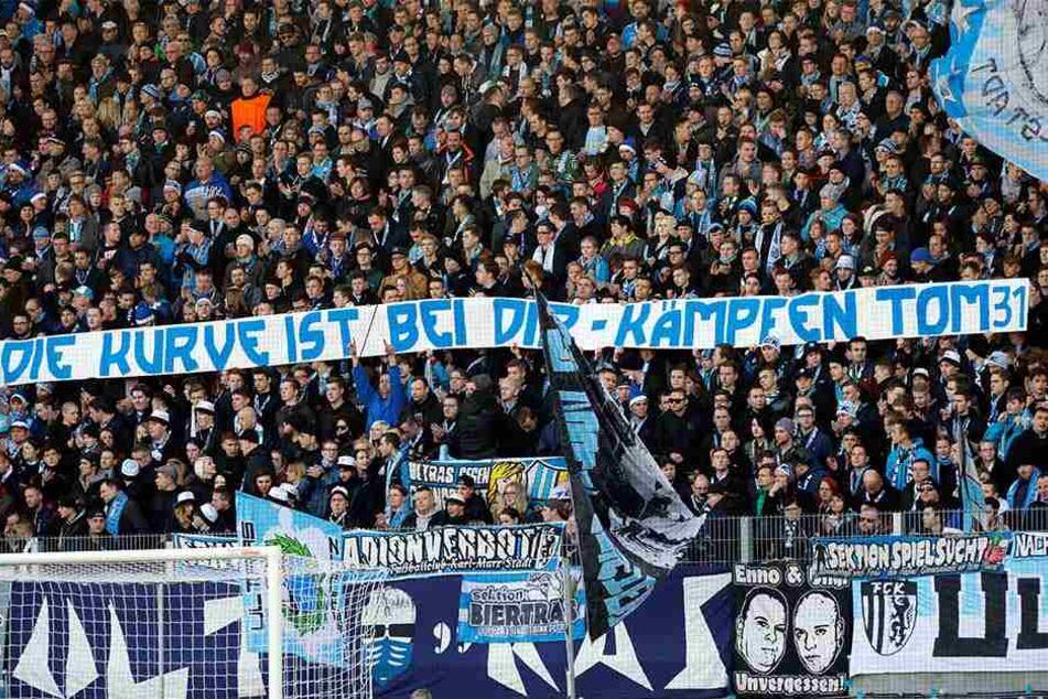 """""""Kämpfen Tom!"""" Mit diesem Banner machten die Fans in der Südkurve während des letzten Heimspiels gegen Regensburg dem verletzten Tom Scheffel Mut."""