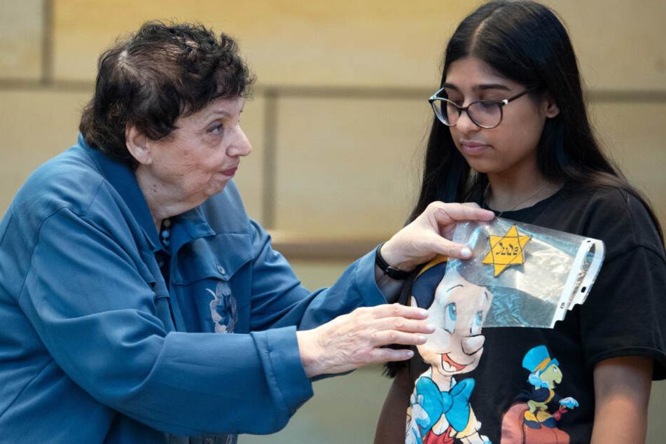 Die Holocaust-Überlebende Inge Auerbacher (84) zeigt einer Jugendlichen wo sie den Judenstern tragen mußte.