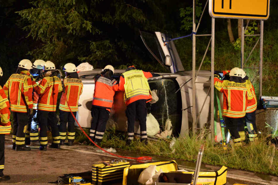 Die Feuerwehr Hinterzarten barg die Frau aus ihrem Wagen, sie musste im Anschluss per Rettungshubschrauber in eine Klinik geflogen werden.