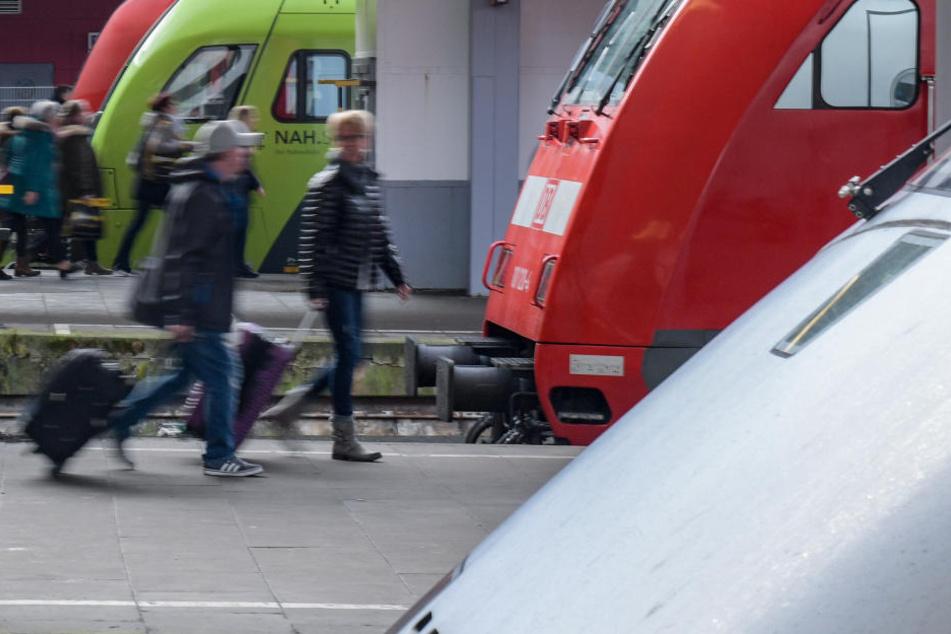 Weil eine Frau (44) leichtsinnig auf den Gleisen einer Bahnstrecke bei Magdeburg umherlief, hatten 35 Züge insgesamt über 58 Stunden Verspätung. (Symbolbild)