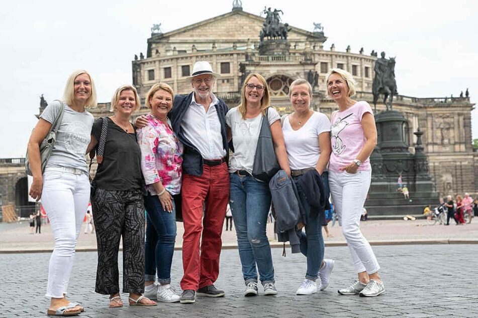 """Beim Stadtbummel wird er sofort erkannt: Die Damen-Reisegruppe aus Remscheid machte schnell ein Foto mit """"Hans Beimer""""."""