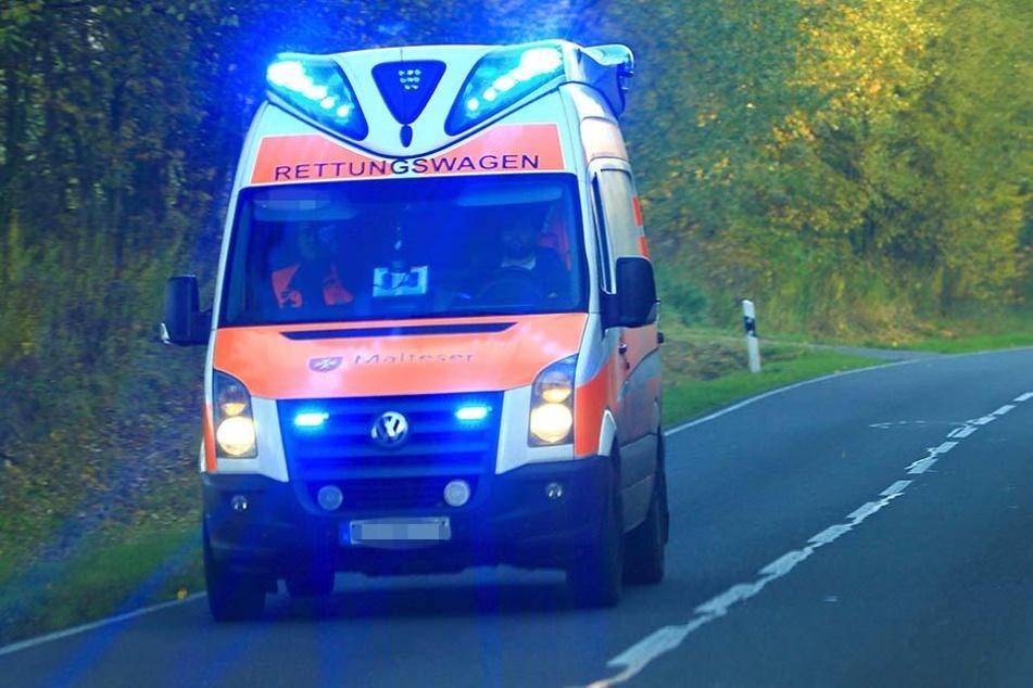 Eine Frau entdeckte den toten Mann in seinem verunglückten Wagen auf einer Landstraße nordwestlich von Magdeburg (Symbolbild).