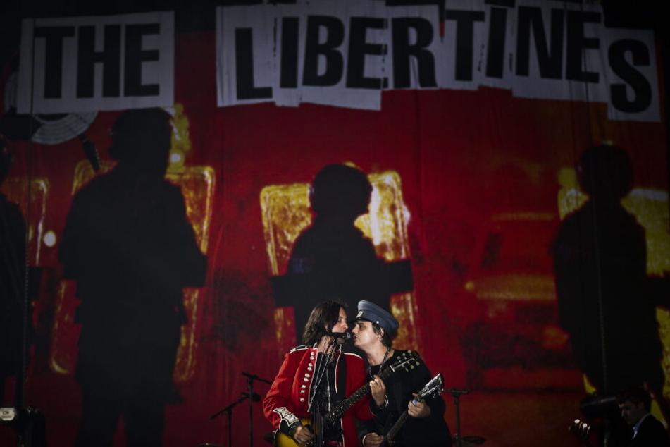 Pete Doherty gemeinsam mit Bandkollege Carl Barat während eines Konzerts der Libertines im Jahr 2014.