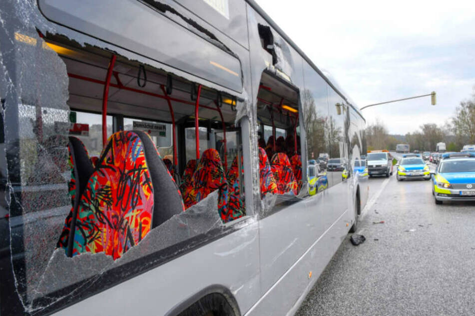 Nach dem Unfall sieht der Bus dermaßen demoliert aus, dass es an ein Wunder grenzt, dass niemand schlimmer verletzt wurde.