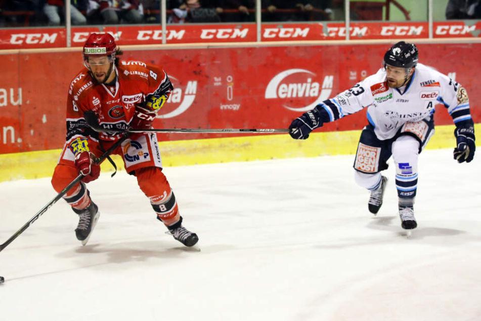 Zweikämpfe gewinnen, viel Laufarbeit: Das will am Freitag Alexander Dotzler (r.) heute gegen die Eispiraten um Dominic Walsh leisten.