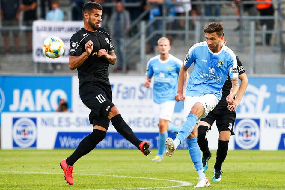 Matti Langer (r.) hatte kurz vorm Ende die Chance zum Siegtreffer für den CFC. Leider landete der Ball auf dem Querbalken des Magdeburger Gehäuses. (Symbolbild)