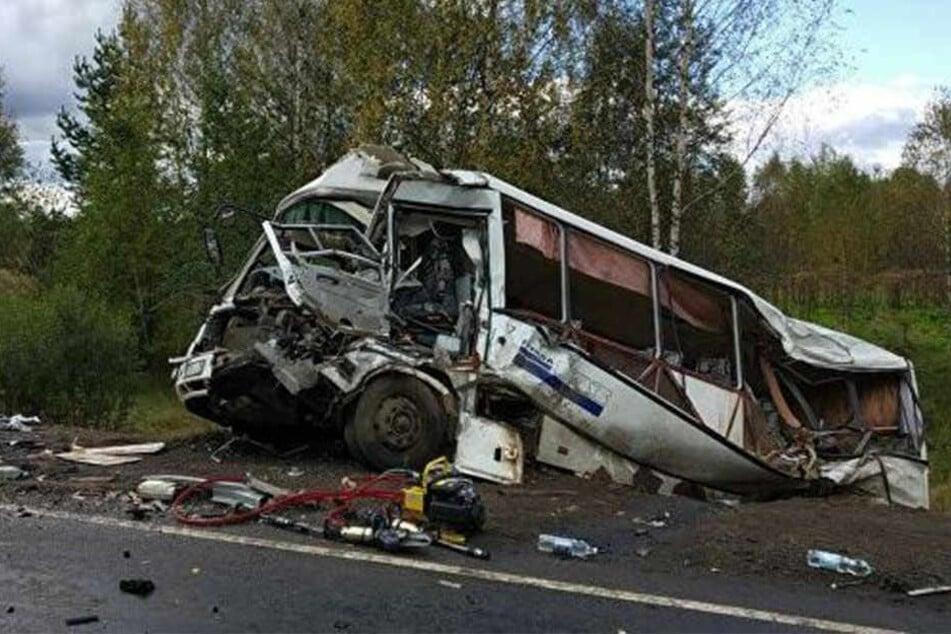 Der Kleinbus wurde bei dem Unfall komplett zerstört.