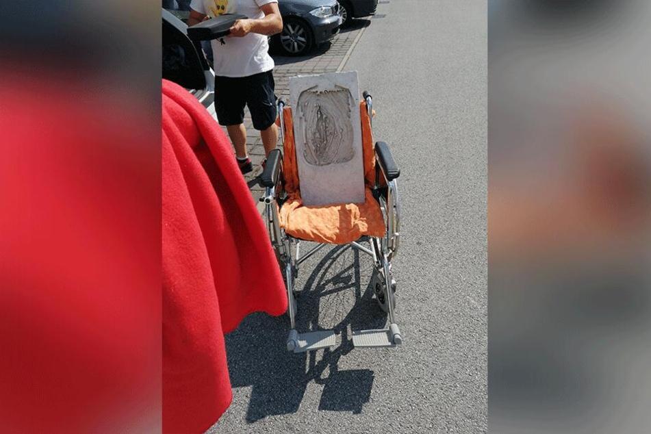 """Mittels eines Rollstuhls hatten die Künstler, die zur Gruppe """"BetonundZucker"""" gehören, das Beton-Werk auf die Ostrale geschmuggelt."""