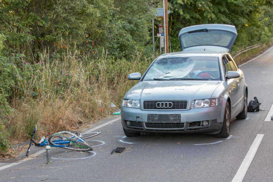 Der Fahrradfahrer wurde von dem Auto erfasst und schwer verletzt.