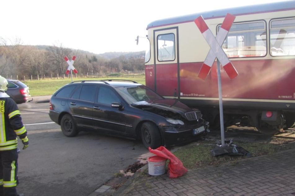 An einem unbeschrankten Bahnübergang in Gernrode ist ein Mercedes in die Harzer Schmalspurbahn gekracht.