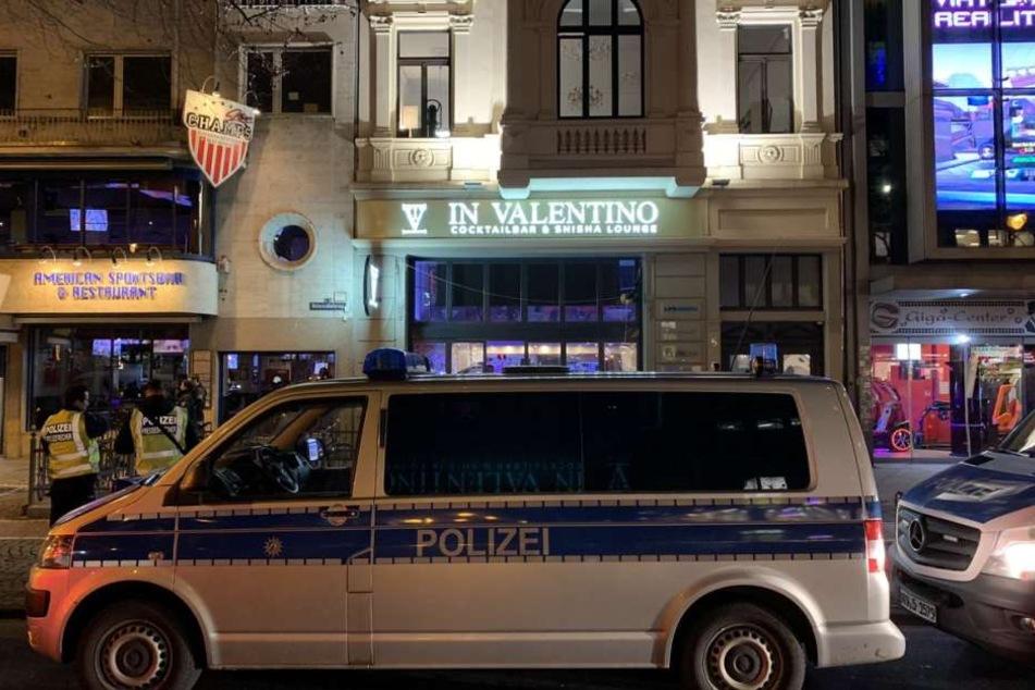 Die Polizei durchsucht eine Shisha-Bar am Hohenzollern-Ring.