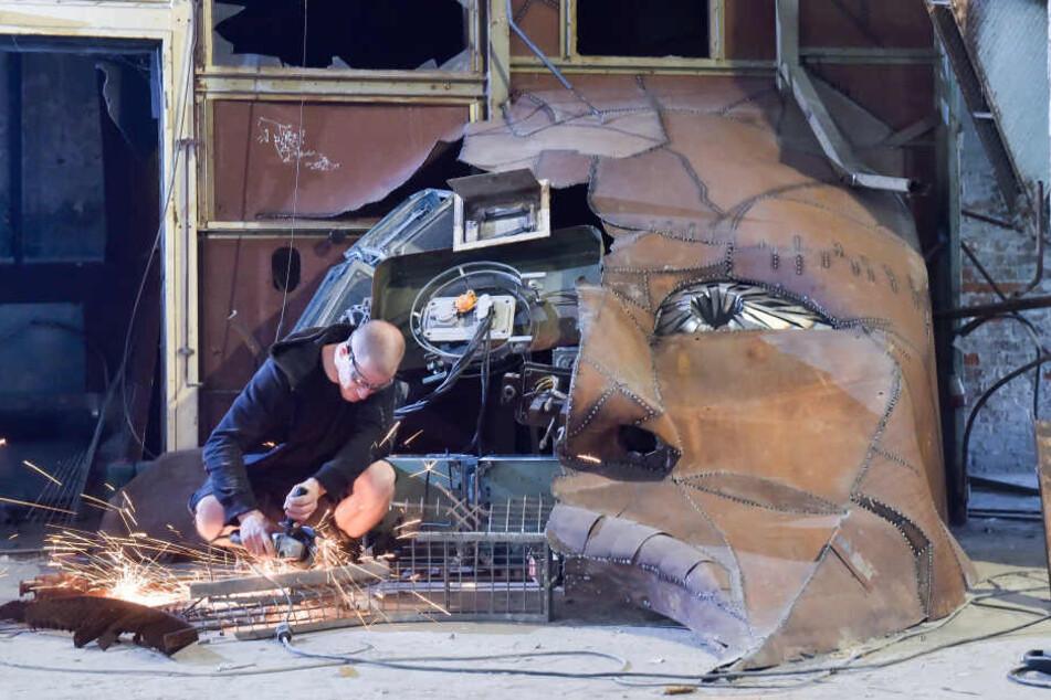 Benjamin Adler (31) vollendete mit Trennschleifer und Schweißgerät seine Gesicht-Installation.