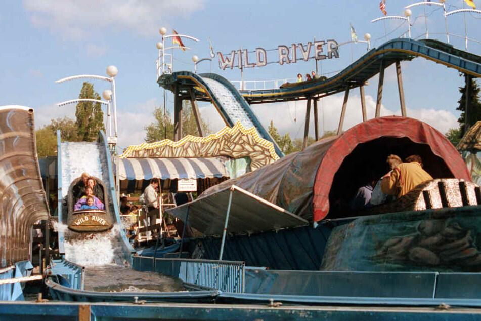 """Die Wasserrutsche """"Wild River"""" im Vergnügungs- und Freizeitpark Plänterwald in Berlin, aufgenommen am 20.05.1991."""
