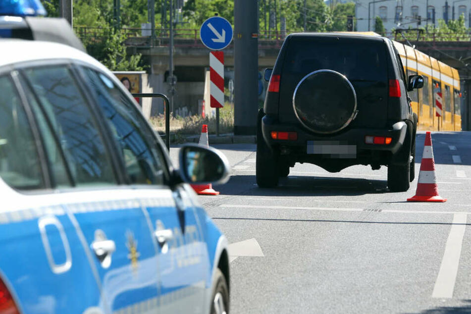 Eine Frau überquerte bei Rot die Straße und wurde von einem Nissan erfasst.
